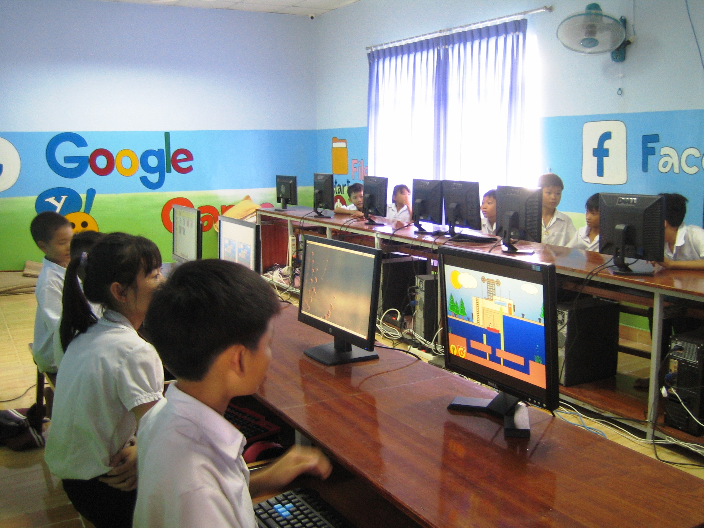 Children using DoudouLinux Vietnamese at Long Hai Center for protection of children.